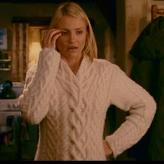 Cameron Diaz in The Holiday - beautiful sweater. Love all her clothes, coats, teeth, legs and shoes in this movie Cable Knit Cardigan, Cable Knit Sweaters, Chunky Cardigan, Holiday Cameron Diaz, How To Have Style, Moda Outfits, Cable Knitting, Holiday Sweater, Look Vintage