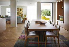 Para o lar de um jovem casal, o escritório alemão Hare + Klein projetou uma decoração clean, clarinha e com móveis sob medida para receber bem