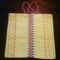 8v tytön kakkosluokan pääteksi tehdyt neulopujottelu työ vohvelikankaalle.  Tikandi tikkimine vahvel-tekstiilile.