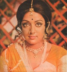 Most Beautiful Bollywood Actress, Beautiful Indian Actress, Hema Malini, Vintage Bollywood, Bollywood Stars, India Beauty, Woman Face, Indian Outfits, Indian Actresses