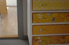 Decorare un armadio con la carta da parati - Cassetti decorati con carta diversa