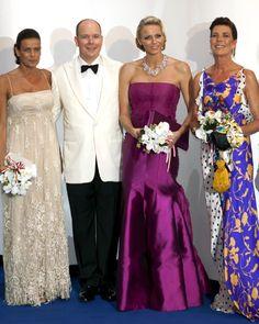 El príncipe Alberto con su esposa y sus hermanas, Estefanía y Carolina de Mónaco