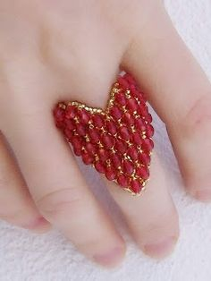 Ring beaded Heart in red Beaded Jewelry Patterns, Embroidery Jewelry, Beading Patterns, Diy Beaded Rings, Beaded Banners, Handmade Rings, Bead Jewellery, Beads And Wire, Beading Tutorials