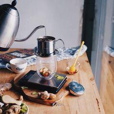 Hujan tak berhenti sedari tadi. Kehadirannya yang melahirkan dingin berkepanjangan mungkin adalah cara agar saya menciptakan hangat secara kreatif. Berbekal kopi jahe dan madu terciptalah Vietnam Ginger Coffee. Meski sederhana hangatnya cukup menggantikan kehadiran peluk yang malam ini tak bisa terjamah.  Resep lengkapnya bisa diintip di bit.do/vietnamginger  Captured by @inezjapardi | #vietnamdrip #vietnamcoffee #manualbrew #coffee http://ift.tt/20b7VYo