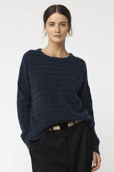 Lekker blå genser fra By Malene Birger. Laget av 34% Ull 34% Kidmohair 27% Polyamid 5% Elastan. NB! By Malene er stor på størrelsene.