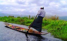 """#Inle, #Myanmar. Jezioro Inle to naprawdę magiczny teren. """"Ziemię"""" stanowią tu pływające wyspy, kanały zastępują drogi, a łodzie skutery i samochody. To kraina wioślarzy, którzy stojąc na jednej nodze na rufach swych kruchych łódeczek drugą nogą oplatają wiosło i wiosłują często bez użycia rąk. Zamieszkujący jezioro rybacy z plemienia Intha są buddystami, nic więc dziwnego, że wokół jeziora wznosi się około 100 klasztorów i aż 1000 stup!"""