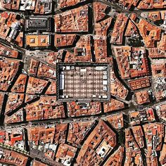 A greater view on Plaza Mayor | Madrid I Spain | the rectangular shape of the plaza is 129 x 94 meters and in great contrast to the otherwise so-called organic growth urban forms of its surrounding areas in the historical center of Madrid. Image from Apple Maps/TomTom