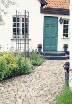 Feng Shui – entré (före & efter) | Simplicity Feng Shui Design, Brick Paving, Front Steps, Outdoor Living, Outdoor Decor, Walkway, Garden Paths, Garden Design, Home And Garden