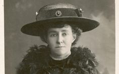 To help British women gain the vote, suffragette Emily Wilding Davison threw herself in front of—and grabbed the reins of—a galloping horse as it was running the Epsom Derby in The horse was owned by King George V. Women Right To Vote, Jeanne Paquin, Mad Women, Paul Poiret, Freedom Fighters, Patriarchy, King George, American Women, Role Models