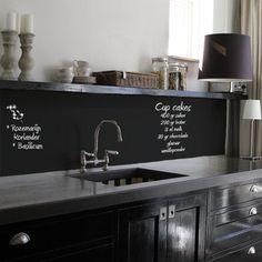 keuken zonder tegels - schoolbordenverf - zwarte keuken - blad beton #home #decor
