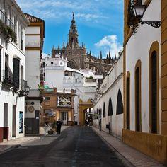 Postigo del Aceite y Atarazanas, calle Dos de Mayo, al fondo la Giralda