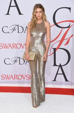 Gigi Hadid throws it back to the in her LA starlet-inspired flared jumpsuit for the CFDA Awards ♥. Glamour, Style Gigi Hadid, Gigi Hadid Red Dress, Gigi Hadid Dresses, Cfda Awards, Costume, Red Carpet Looks, Red Carpet Dresses, Red Carpet Fashion
