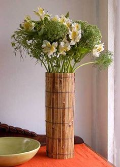 How smart is this? Take a plain vase and wrap it with a natural placemat (reed, bamboo, etc.) for an instant organic chic vase. Diys, Bamboo Panels, Room Deco, Bamboo Crafts, Style Deco, Dollar Tree Crafts, Diy Projects To Try, Diy Art, Flower Arrangements