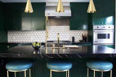 crédence cuisine rétro à motifs géométriques, tabourets en cuir bleu et laiton doré et suspensions design assorties