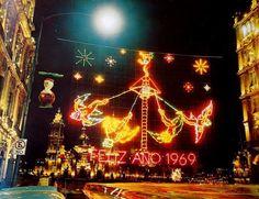 Con los últimos días del año llega el ambiente de celebración en las calles de la ciudad; esta imagen nos permite disfrutar la clásica iluminación decembrina en el Zócalo.