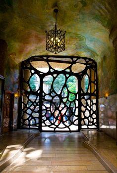 Barcelona Architecture, Casa Mila by Antoni Gaudi Beautiful Architecture, Architecture Details, Architecture Design, Art Nouveau Arquitectura, Antonio Gaudi, Barcelona Architecture, Modern Buildings, Art Deco, Alicante Spain