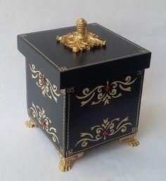 Compre Caixa Imperial no Elo7 por R$ 48,00 | Encontre mais produtos de Caixas Decoradas e Decoração parcelando em até 12 vezes | Charmosa, misto de elegância e delicadeza... Uma caixa que vai valorizar um cantinho de sua casa e vai dar o que falar! Na cor do momento - azul Klein (escuro..., 8D5D99 Decoupage Vintage, Decoupage Box, Diy Gift Box, Diy Box, Painted Boxes, Wooden Boxes, Laser Cut Box, Kawaii Accessories, Hat Boxes