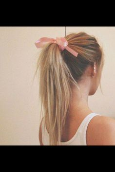 Cute messy ponytail for lazy days.