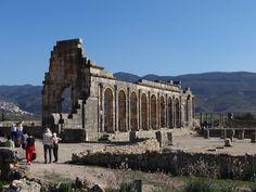 https://flic.kr/p/DK8kkP   Volubilis - Ruinenstätte   Die Römer verloren Nordafrika im 5. Jahrhundert an die Vandalen; Volubilis wurde jedoch im Gegensatz zu vielen anderen Städten nicht aufgegeben – die lateinische Sprache blieb hier sogar bis zur arabischen Eroberung im 7. Jahrhundert in Gebrauch. Wie Münzfunde belegen, wurden die Einwohner von Volubilis bereits vor der Ankunft Idris I. (reg. 789 bis 791) zum Islam bekehrt. Die letzten Nachrichten stammen vom Chronisten Al Bakri (1068)…