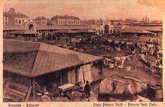 Piața Bibescu, aprox.1900 În stânga, Așezămintele Brâncovenești. În dreapta sus, se observă Hala Mare și Turnul Bărăției. Piața se afla la poalele Dealului Mitropoliei, cam pe locul unde e azi fântâna mare din Piața Unirii, fiind cunoscută ca piață de legume.