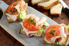 Kanapki z polędwica sopocką i pomidorem #sandwich #breakfast #tomato Calzone, Bruschetta, Sushi, Sandwiches, Pizza, Ethnic Recipes, Food, Fatty Liver, Essen