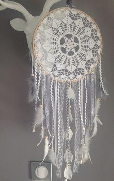 Un sublime attrapes-rêves réalisé entièrement à la main à partir de pièces de dentelles au crochet.  Finement travaillé et agrémenté de divers plumes, rubans, accessoir - 17028916