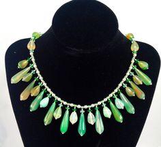 Magnifico collier in argento 925 con pendenti in agata verde e cristalli Swarovski, montato in filo di acciaio con una particolare