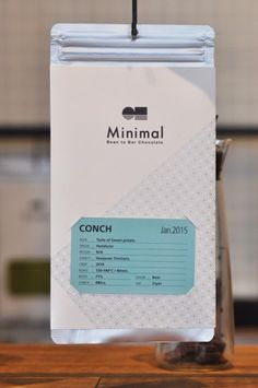 カードには産地のほかカカオ濃度、コンチングの有無、使用している砂糖の種類、カカオ粒子のサイズが表記されている。