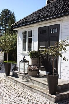 New garden modern entrance black doors 50 Ideas Outdoor Spaces, Outdoor Living, Outdoor Decor, Houses Architecture, Modern Entrance, Black Doors, White Cottage, White Houses, House Colors
