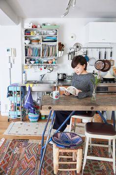 浜村菜月さん。アンティークのダイニングテーブルはH.P.DECOで購入。