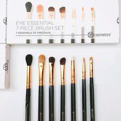 Bộ cọ trang điểm mắt BH Cosmetics Eye Essential 7 Piece Brush Set Giá: 300k  Với thiết kế sang trọng chuyên nghiệp sẽ hỗ trợ rất nhiều trong việc trang điểm một cách dễ dàng hơn và giúp mang đến cho bạn ánh nhìn quyến rũ cuốn hút hơn.  Bộ sản phẩm gồm 7 loại cọ với các hình dáng và tính năng khác nhau.  Lông cọ được làm tự sợi tổng hợp mềm mượt và chắc chắn sẽ giúp bạn tiết kiệm thời gian và dễ dàng hơn khi tạo điểm nhấn cho đôi mắt.  Gồm các loại cọ sau:  Cọ 101: Blending Brush  cọ tán phấn…