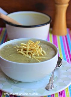 Crema de Alcachofas (Artichokes Creamy Soup) Colombian Dishes, Colombian Food, Colombian Recipes, Artichoke Soup, Soup And Sandwich, Vegetarian Recipes, Healthy Recipes, Small Meals, Bowl Of Soup