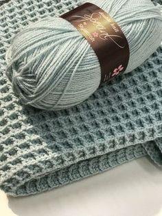 Gratis haakpatroon voor het haken van een ledikantdeken in de wafelsteek. Crochet Afghans, Crochet Afghan Stitch, Crochet Stitches, Stitch Patterns, Knitting Patterns, Crochet Patterns, Baby Patterns, Love Crochet, Diy Crochet