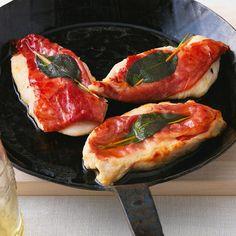 Hähnchen-Saltimbocca//Tauschen Sie Kalbsschnitzel durch Hähnchenbrustfilets aus und Sie erhalten eine genauso wohlschmeckende und zarte Variante des italienischen Klassikers.