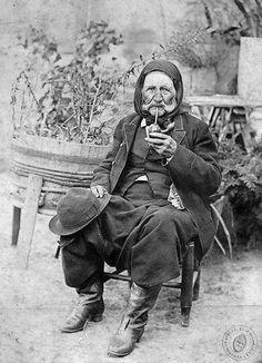 30 de noviembre, Día Nacional del Mate. Serviliano Maidana, baqueano del general Lavalle, mateando. Saladillo,1878. Documento Fotográfico.