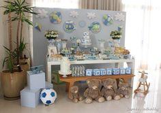 Sou fã das produções de Priscilla Pandolfo (clique)!! Aqui ela nos mostra um chá lindo de bebê com o tema dos brinquedos!!! Vários brinquedos de madeira, educativos e lindos compuseram a mesa de doces!!! Cataventos, balões, carrinhos.. todo o universo nos doces e em pequenos detalhes nas mesas dos convidados.. lindo!!!! Ficha Técnica: Decoração: Priscilla …