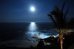 Full moon over ocean Moon Images, Moon Photos, Moon Astro, Moon In Leo, To Go, Moonlight Sonata, What A Beautiful World, Beach Wallpaper, Evening Sky