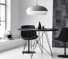 De Magis Tavolo XZ3 van Magis is een prachtige design tafel ontworpen door Studio Technico Magis. Wat gelijk opvalt aan deze tafel is het mooie kunstzinnige onderstel van verchroomd staal. De Tavolo is verkrijgbaar in het rond en in het rechthoekig, beide in zowel een zwart of een wit blad.