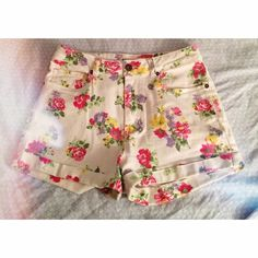Adorable Floral Shorts Worn once. Perfect condition. No longer in stores. Bullhead Shorts