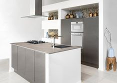 Een keuken die van uw keukenruimte het hart van uw woonhuis maakt. Deze sfeervolle eilandopstelling is geschikt voor vele huishoudens. Een functionele indeling zorgt voor veel gebruiksgemak tijdens het kokkerellen. Koken, bakken en spoelen vanuit een vaste plek in de keuken. Hier kunt u uren doorbrengen, maar ook snel een maaltijd bereiden.
