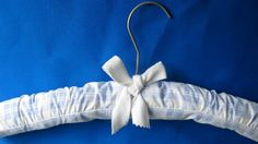 Tutorial(German) to upholster hangers - Anleitung Kleiderbügel polstern Padded Hangers, Home Staging Tips, Diy Holiday Gifts, Sell Your House Fast, Christmas 2014, Creative Crafts, Household Items, Sewing Projects, How To Memorize Things