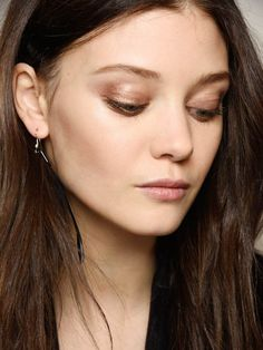 Smokey eyes are not for the everyday wrong! Brown smokey eyes are both day and night suitable for Smokey Eyes Anleitung, Bobbi Brown, Smokey Eyes Tutorial, Smokey Eye For Brown Eyes, Braut Make-up, Face Art, New Fashion, Hoop Earrings, Make Up