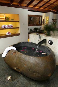 frei stehende badewanne naturstein optik