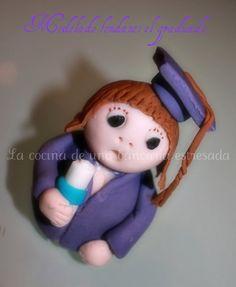 Muñeco graduado modelado con fondant.