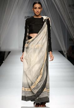 25 Sweet & Interesting Ways To Drape a Sari To Perfection! Ethnic Fashion, Look Fashion, Indian Fashion, Fashion Spring, Modern Fashion, African Fashion, Saree Wearing Styles, Saree Styles, Simple Sarees