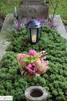 Idee Grabgestaltung Herbst in zartem Rosa und Blau.