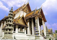 King Rama 1 intended to make his new capital of Rattanakosin as grand as Ayutthaya; he started by calling on architects from the former capital to build a temple as grand as Wat Phanon Choeng which was Ayutthaya's largest temple.