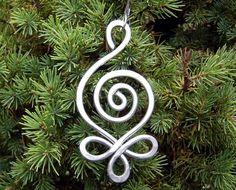 Wir entworfen, verdreht, verwirbelt und 1/8 Durchmesser Aluminium machen diese ursprüngliche keltische inspiriert Weihnachtsverzierung gehämmert. Aluminium macht es viel leichter, als es scheint. Es sieht irgendwie wie ein großer Ohrring. Dieses Ornament würde auf Ihren