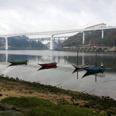 Areínho, lugar em Oliveira do Douro – Gaia, com zona arborizada, ancoradouro e praia fluvial. Paisagem – ponte do Freixo, São João, Dona Maria e Infante.