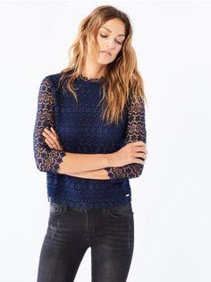 Mohito - Pudełkowa bluzka z gipiury Krótka buzka z podszewką wykonana z pięknej koronki. Posiada długi rękaw oraz wąski golf, które nadają jej ponadczasowej elegancji.<br /><br />Wzrost modelki: 180 cm<br />Modelka ze zdjęcia ma na sobie rozmiar S